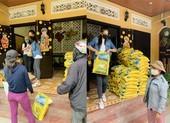 Hoa hậu Tiểu Vy trao tặng 1.000kg gạo cho người nghèo ở Hội An
