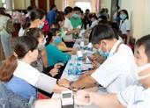 Tiểu Vy, Đỗ Hà, Kiều Loan tổ chức khám bệnh cho công nhân