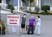 Y bác sĩ, bệnh nhân Bệnh viện Bệnh nhiệt Đới TP.HCM khẩn trương nhận tiếp tế