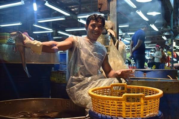 ng Nguyễn Văn Khánh khoe những con cá trê còn tươi rói vừa từ Cần Thơ về