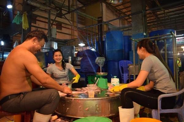 Ông Phạm Văn Hiền (trái) cùng các thàn viên trong gia đình đang làm cá thác lác.