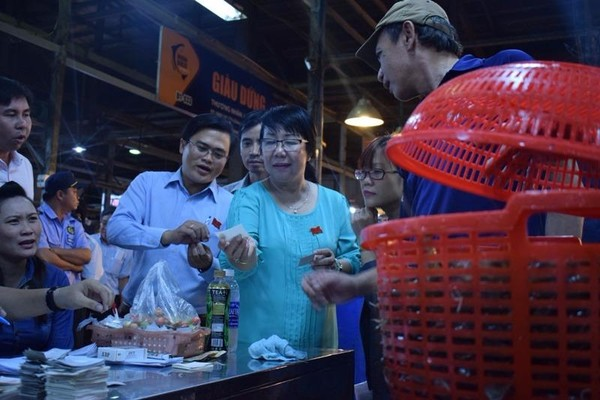 Bà Thi Thị Tuyết Nhung cùng đoàn trực tiếp xuống khảo sát các gian hàng thủy hải sản.