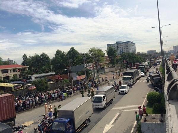Hàng trăm phương tiện di chuyển khá khó khăn qua khu vực tai nạn