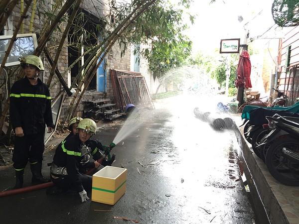 Lực lượng CSPCCC nhanh chóng khống chế ngọn lửa, đảm bảo công tác an toàn tại hiện trường
