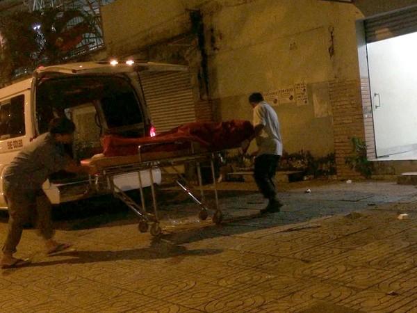 Thi thể người đàn ông được đưa về nhà xác để phục vụ điều tra.