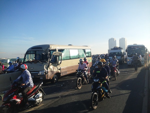 Vụ va chạm giữa hai xe khách trên cầu Sài Gòn sáng nay 5-12.