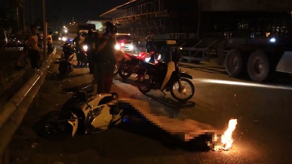 Lực lượng chức năng sau đó có mặt khám nghiệm hiện trường, trích xuất hình ảnh các camera an ninh khu vực để truy tìm chiếc xe tải gây tai nạn bỏ chạy