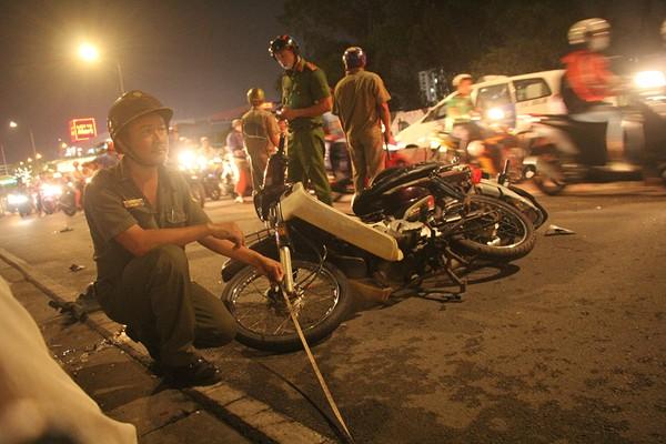 Cảnh sát khám nghiệm hiện trường vụ tai nạn liên hoàn trên đường Nguyễn Hữu Thọ khiến 1 người chết, nhiều người khác bị thương.