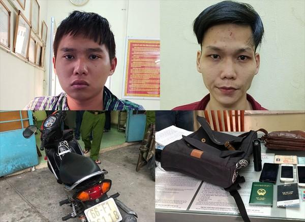 Hai tên cướp bị cảnh sát truy đuổi thì dùng bình xịt hơi cay  tấn công và đạp xe lực lượng để trốn thoát.