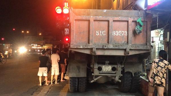 Chiếc xe tải được cho là mất thắng, được tài xế xử lý lao vào nhà dân ven đường để tránh tai nạn.