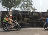 Ô tô tải chở sắn lật vào làn xe máy ở Hóc Môn