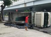 Xe chở máy dập sắt lật trước nhà hàng tiệc cưới ở Bình Tân
