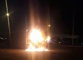 Container cuốn xe máy vào gầm, bốc cháy ở đường Võ Văn Kiệt