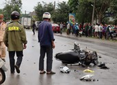 Xe Vios tông xe máy rồi tông xe con, 2 người nguy kịch
