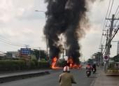 Xe ben lật, bốc cháy dữ dội trên QL1A qua quận 12