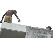 Thanh niên biểu hiện ngáo đá, leo nhà cố thủ nửa ngày ở quận 7