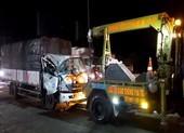 Đầu xe tải bẹp dúm vì tông đuôi xe khác, 3 người thoát chết