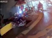 Bình Chánh: Xe máy sụp hố sâu hơn 3m, thanh niên trọng thương