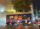 Xe buýt bốc cháy, tài xế nhanh tay mở cửa cứu hành khách
