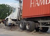 Container húc văng khối bê tông phân làn, trúng người đi đường