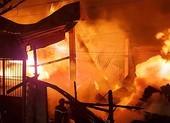 Xưởng gỗ gần ngàn mét cháy rực trời ở quận 12
