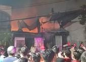 Cháy vựa phế liệu ở Bình Tân, thiêu rụi đồ bên trong