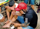 Hóc Môn: Dân vây bắt 2 thanh niên giật dây chuyền