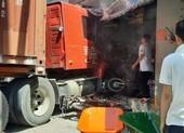 Container lùa nhiều xe máy, lao vào nhà dân khiến 1 người chết