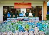 Quân khu 7 tặng rau, củ, quả tự trồng cho dân vùng dịch