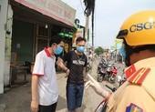 Nhiều người dân ra đường không lý do chính đáng phải ký giấy phạt
