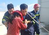 Hàng chục cảnh sát giải cứu cô gái định nhảy chung cư vì buồn