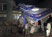 Tàu lửa đâm gãy đôi xe khách, 20 người chết