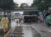 Xe tải lật trên đại lộ Võ Văn Kiệt, tài xế và phụ xe bị thương