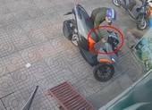 Camera ghi hình kẻ trộm bẻ khóa xe trong 3 giây ở Thủ Đức