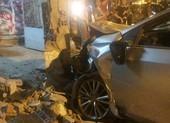 Va chạm với xe máy, ô tô tông sập cổng nhà dân ở Gò Vấp