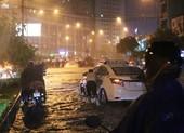 Đường Nguyễn Hữu Cảnh ngập sâu trong cơn mưa dai dẳng