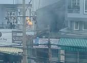 Cháy trụ điện trước trường tiểu học, phụ huynh hốt hoảng