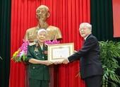 Tổng Bí thư, Chủ tịch nước trao huy hiệu cho ông Lê Khả Phiêu