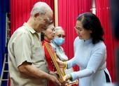 Bà Nguyễn Thị Lệ trao huy hiệu Đảng tại quận 11, TP.HCM