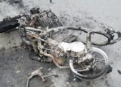 Người phụ nữ hoảng hốt khi xe máy bất ngờ phát cháy