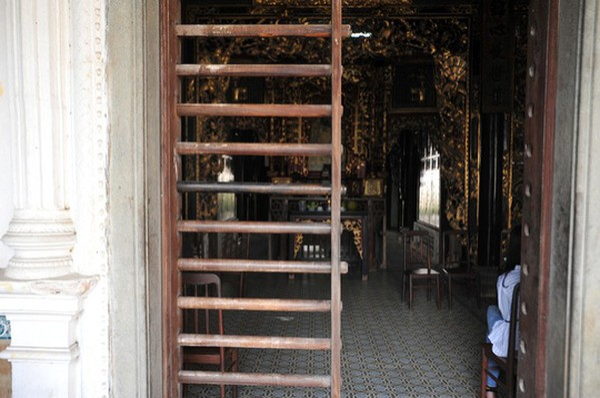 Căn phòng cho khách thuê trong nhà cổ phim Người tình - Ảnh 4.