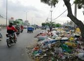 Bãi rác chình ình giữa quốc lộ 1A đoạn qua TP.HCM