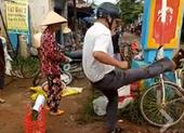Công an xã đá bay thau hàng của dân khi dẹp lề đường