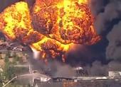 Video: Cột lửa hình nấm do cháy, nổ nhà máy hóa chất ở Mỹ