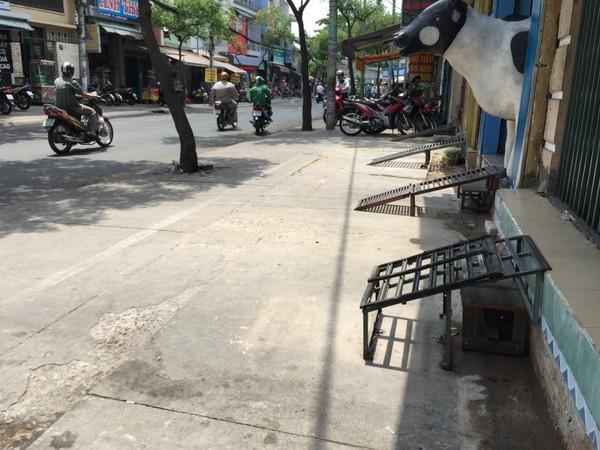 Hàng loạt bậc thềm được lắp trên đường Vạn Kiếp, thay cho bậc thềm xi măng đã bị đập. Ảnh: Quỳnh Như