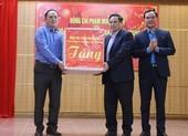 Ông Phạm Minh Chính tặng quà Tết cho lực lượng chống dịch