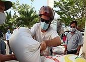 Du khách nước ngoài chở gạo tới ủng hộ ATM gạo Mũi Né
