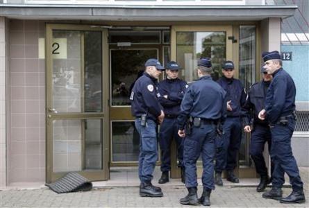 Cảnh sát Pháp tăng cường an ninh sau khi phát hiện âm mưu đánh bom.