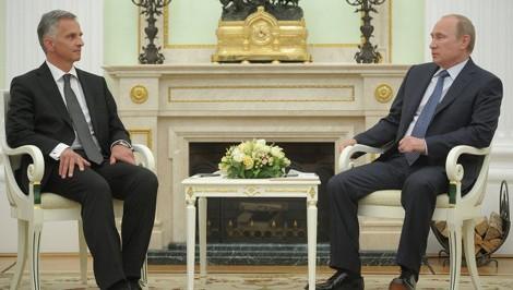 Tổng thống Nga Putin (phải) và Chủ tịch OSCE Didier Burkhalte trong cuộc gặp ngày 7/5.