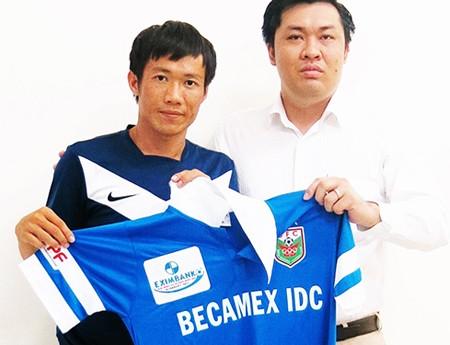 Tấn Tài (trái) về B.Bình Dương để tăng cơ hội khoác áo đội tuyển quốc gia